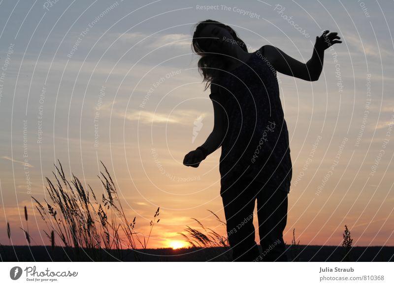 juhuu Freude Glück Feste & Feiern Tanzen feminin Junge Frau Jugendliche Erwachsene Leben 1 Mensch 18-30 Jahre Open Air Himmel Sonnenaufgang Sonnenuntergang