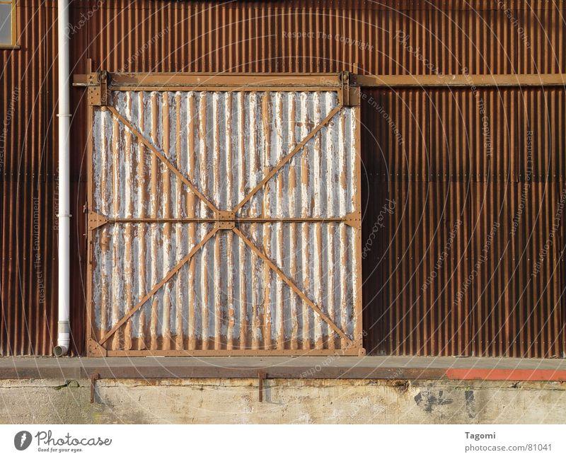 Tor zur Hinterwelt geschlossen schließen offen dunkel braun grau Gleise Lagerhalle Arbeit & Erwerbstätigkeit erleuchten Beleuchtung vergangen Nacht verfallen