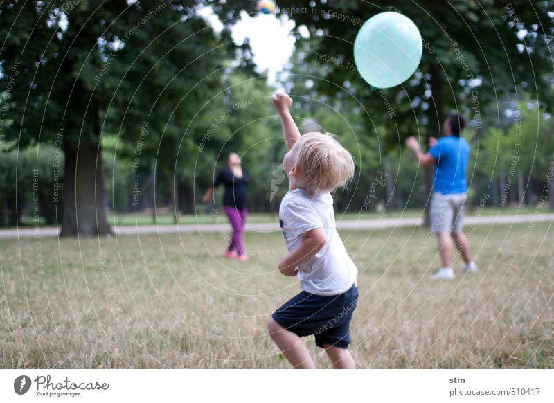 den ball mal nicht flach halten! Mensch Kind Sommer Landschaft Freude Leben Gefühle Wiese Junge Spielen Glück Park Freizeit & Hobby Familie & Verwandtschaft