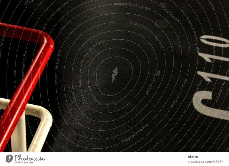 links der mitte ist rot schwarz Ferne Farbe grau Lampe Linie verrückt rund Grafik u. Illustration Asphalt Geländer diagonal Grenze Verkehrswege Verschiedenheit