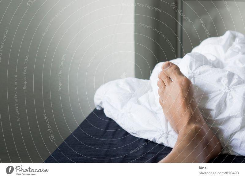 aufstehen Erholung ruhig Häusliches Leben Wohnung Bett Schlafzimmer maskulin Fuß liegen schlafen Gelassenheit Langeweile Erschöpfung Bettwäsche ruhen ruhend