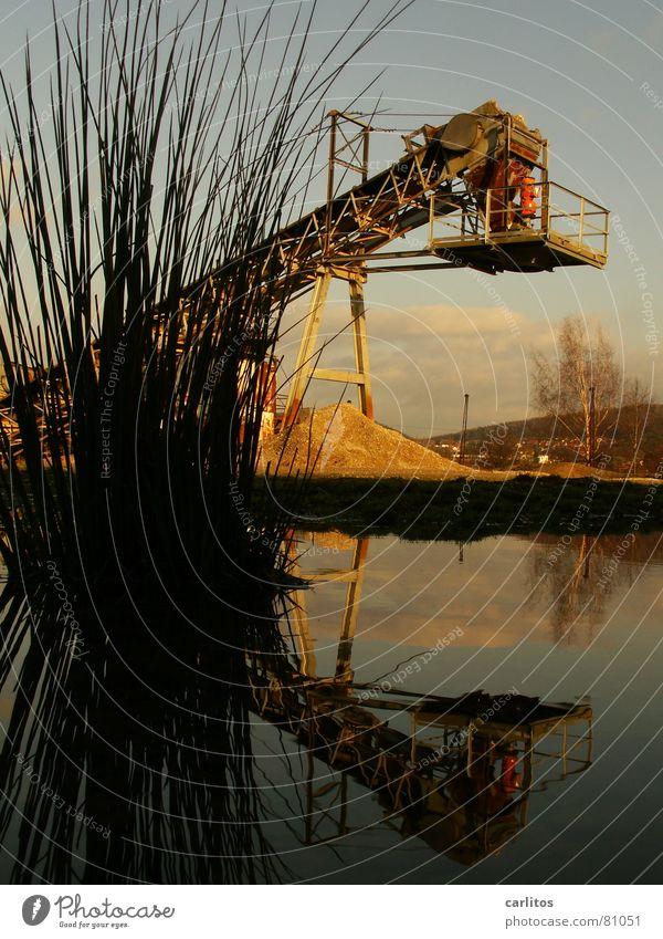 Killerbagger an Schnittlauch Subvention Kiesgrube Förderband Pfütze Reflexion & Spiegelung Symmetrie Baustelle diagonal Neigung Gras Pflanze Industrie verfallen
