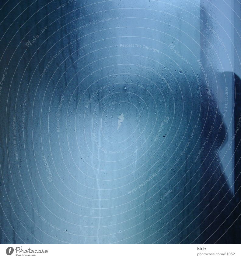 SCHAUER II Wasser blau Regen Angst Bad Regenschirm gruselig obskur Alkoholisiert Dusche (Installation) Geister u. Gespenster Panik Sorge gießen Platzangst