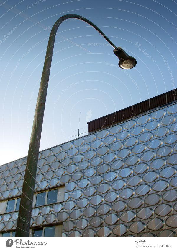 Krieg der Welten Himmel Sonne blau Stadt Sommer Wolken Arbeit & Erwerbstätigkeit Wand Fenster grau Mauer Gebäude Architektur Haut glänzend Wetter