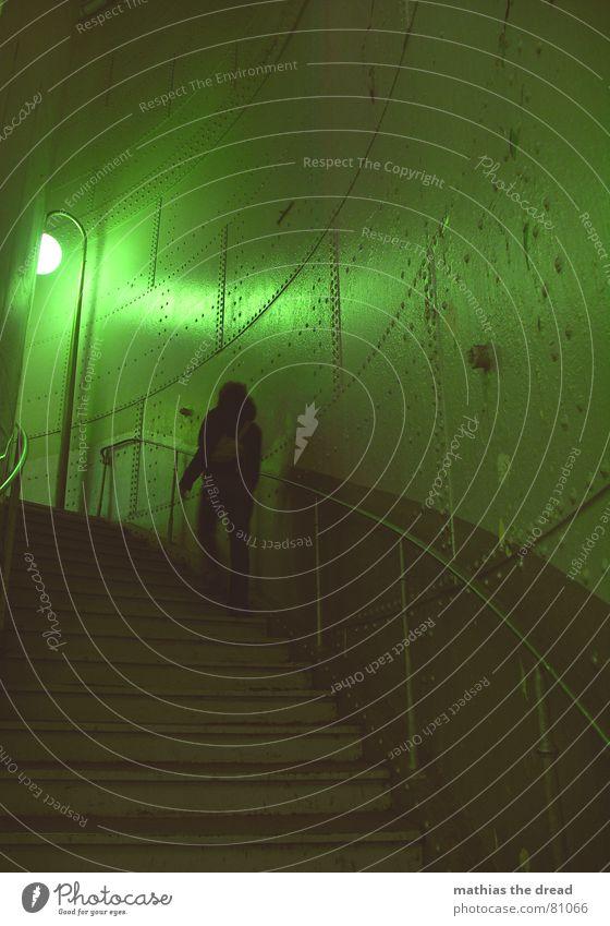 weg ins ungewisse Frau grün Einsamkeit Lampe Wand Tod Mauer Raum Beleuchtung Angst Tür Erde leer Treppe gefährlich Ecke