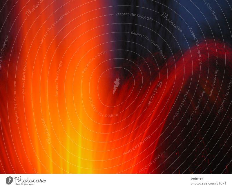 Fontäne Wasser Lampe dunkel Wärme Beleuchtung orange nass Physik sprühen