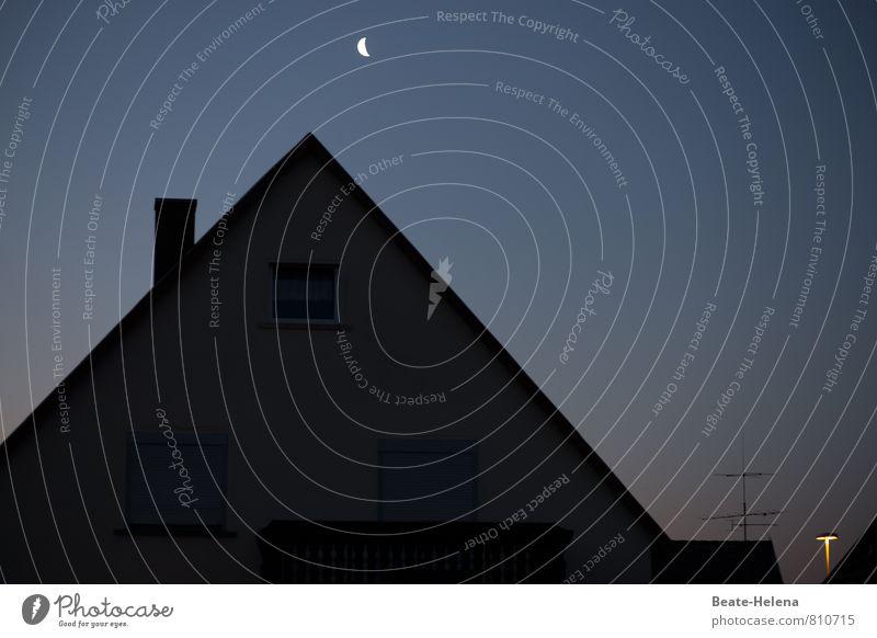 Lichter der Nacht Nachthimmel Mond Stadtrand Haus Dach Schornstein leuchten dunkel hell blau gelb schwarz Sichelmond Straßenbeleuchtung Antenne Silhouette Lampe