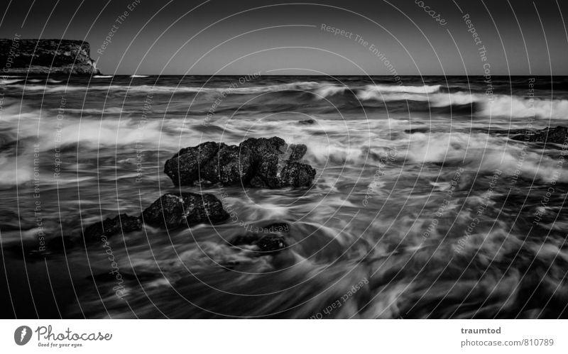 Alles fließt... Ferne Freiheit Strand Meer Wellen Natur Wasser Wolkenloser Himmel Horizont Wetter Wind Felsen maritim nass Gefühle Stimmung Kraft Romantik