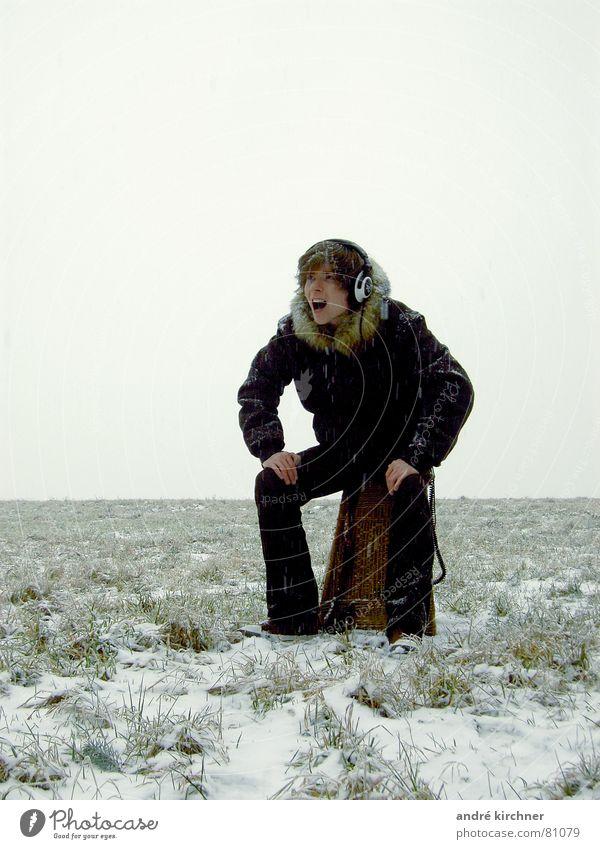 intro nummer 2 Ferne Schnee Musik Konzert Nebel Feld Fell schreien Kopfhörer Korb Farbfoto Außenaufnahme Textfreiraum oben Abend Totale Porträt Blick nach vorn
