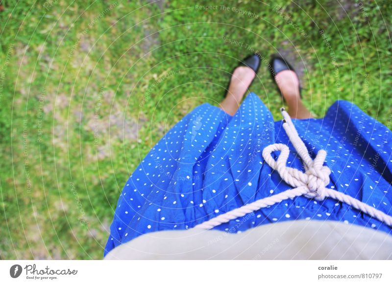 sommermädchen feminin Junge Frau Jugendliche Bauch Fuß 1 Mensch Garten Wiese Rock Ballerina Punkt Punktmuster mädchenhaft Spielen sommerlich Sommer Kleid