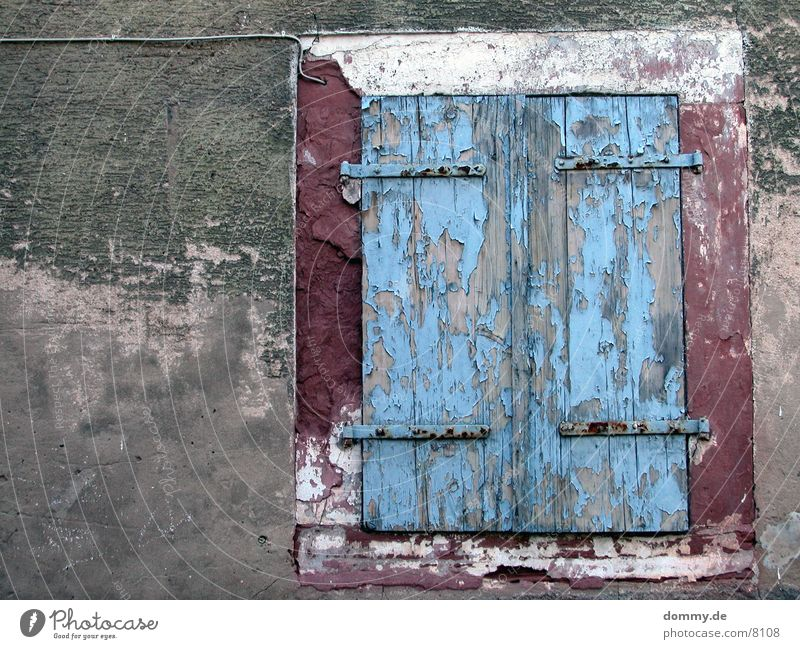 dirtyWINDOW Fenster kaputt Makroaufnahme Nahaufnahme Farbe alt blau Rahmen kaz