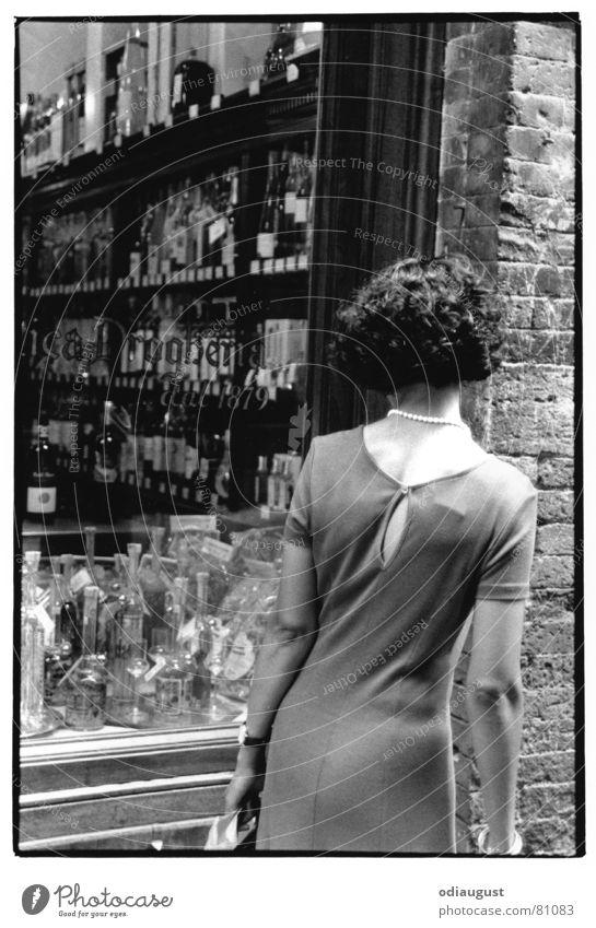 o.T. Frau Rücken kaufen Italien Ladengeschäft Alkohol