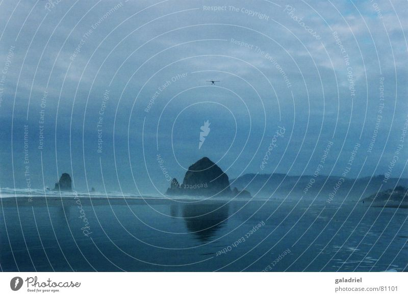 Haystack Rock Wasser Meer blau Strand dunkel Flugzeug Pazifik Cannon Beach