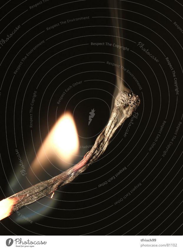 in den letzten zügen Tod Wärme Brand Feuer Perspektive Ende Rauch brennen Flamme vergangen Streichholz Insolvenz krumm heizen Brandasche