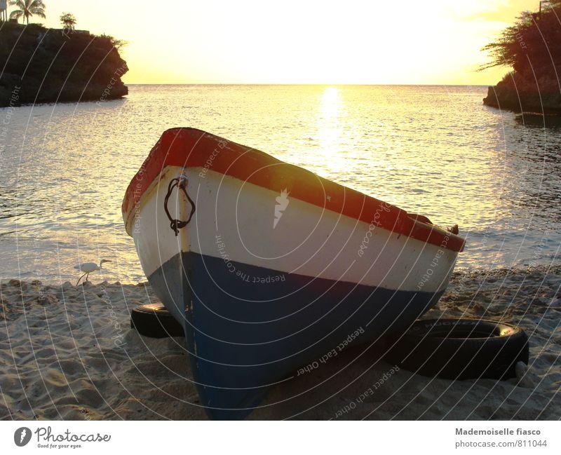 Fischerboot im Sand am Strand Wasser Sonnenaufgang Sonnenuntergang Sommer Meer Bootsfahrt Erholung ruhig Farbfoto Textfreiraum oben Abend Außenaufnahme Küste