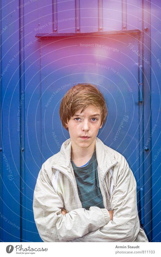 Porträt vor blauer Wand Lifestyle Stil Mensch maskulin Jugendliche 1 13-18 Jahre Mauer Fassade Tür T-Shirt Jacke brünett Denken stehen ästhetisch authentisch