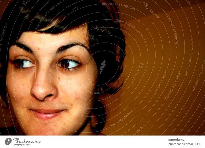 020 Junge Frau Jugendliche Erwachsene 18-30 Jahre Porträt Frauengesicht Frauenkopf Anschnitt Bildausschnitt Gesichtsausdruck Verschmitzt Wegsehen dunkelhaarig