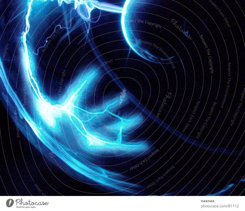 unter strom Licht Hand Elektrizität Blitze Finger Kraft Farbe blau Kugel