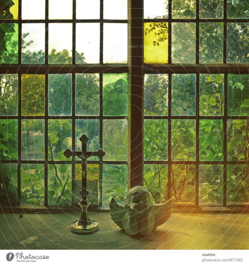 Deo gratias Kunst Skulptur Menschenleer Kirche Fenster Stein Glas gelb gold grün Engel Kruzifix Beleuchtung Hoffnung Kirchenfenster Farbfoto Innenaufnahme Tag