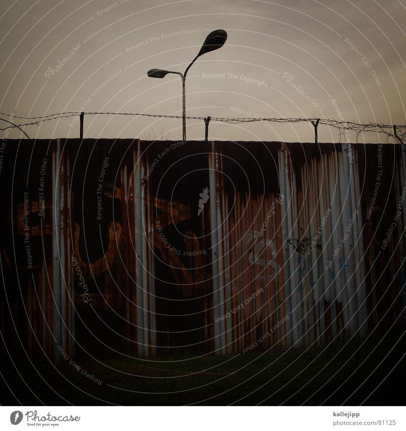 eiserner vorhang III Himmel Berlin Laterne Grenze Blech Eisen Zaun Stacheldraht Verbote verfallen Rost verfaulen herunterkommen Zauberei u. Magie Riss