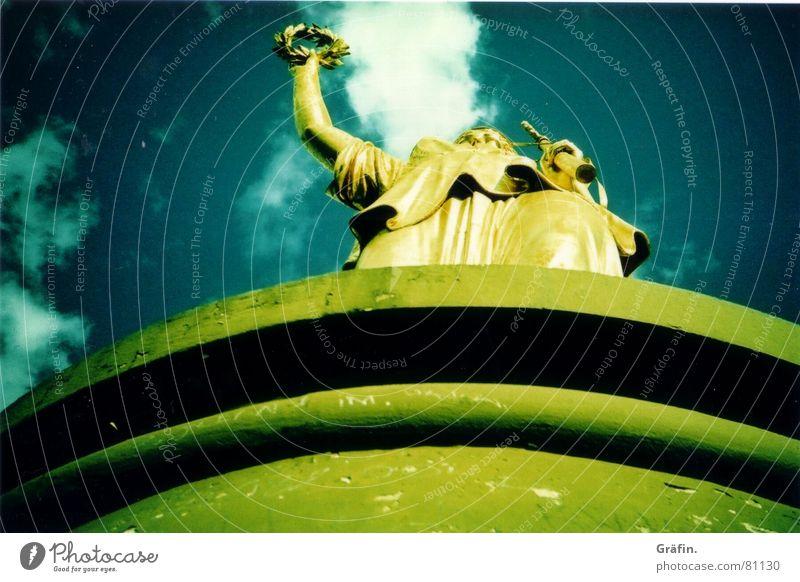 goldelse II Sockel Erfolg groß Statue Wolken Kranz Siegessäule Kleid Lorbeer Denkmal Cross Processing historisch Lomografie sieges Berlin Himmel Stein Säule