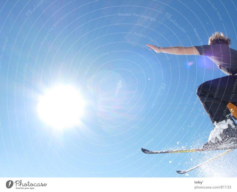 flying into the sun Licht springen Sport Spielen Sonne Freude Himmel Schnee blau Skifahren