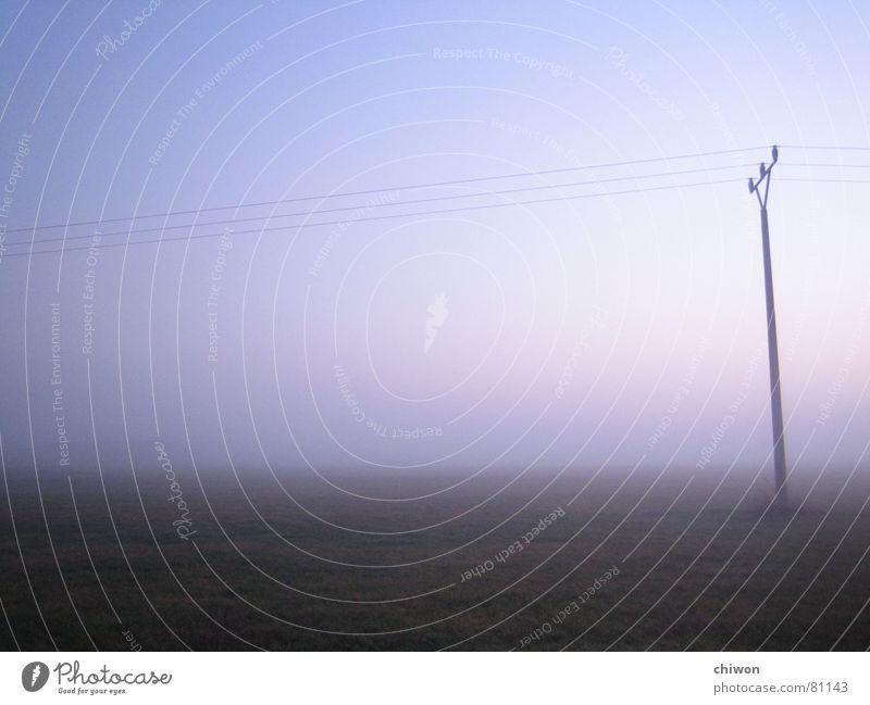 tausend Lichtjahre Nebel unheilbringend Elektrizität dunkel Feld unheimlich kalt Atem ruhig Nacht Trauer Abend spät schlechtes Wetter Schleier Winter