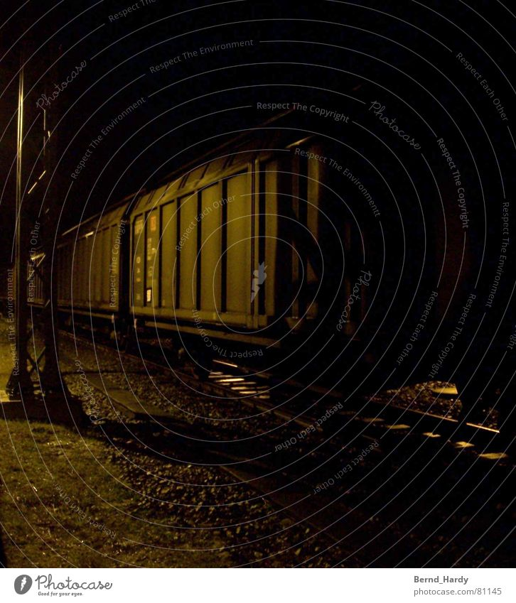 Nachts am Gleis Angst Verkehr Eisenbahn Güterverkehr & Logistik Gleise Panik Kies Ware Eisenbahnwaggon Güterwaggon