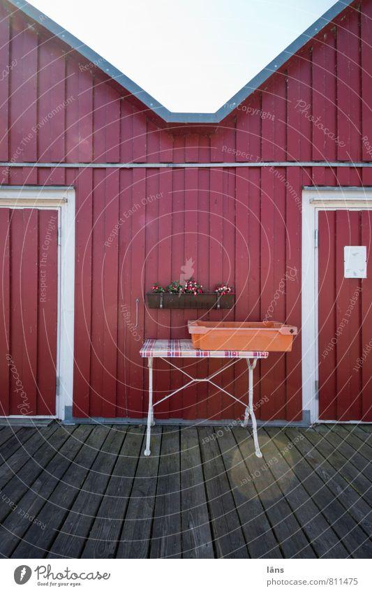 Fischers Fritze Fassade Perspektive Tisch Autotür Anlegestelle Kiste Fischereiwirtschaft Holzfußboden Holzwand Holzhaus Holzhütte Blumenkasten