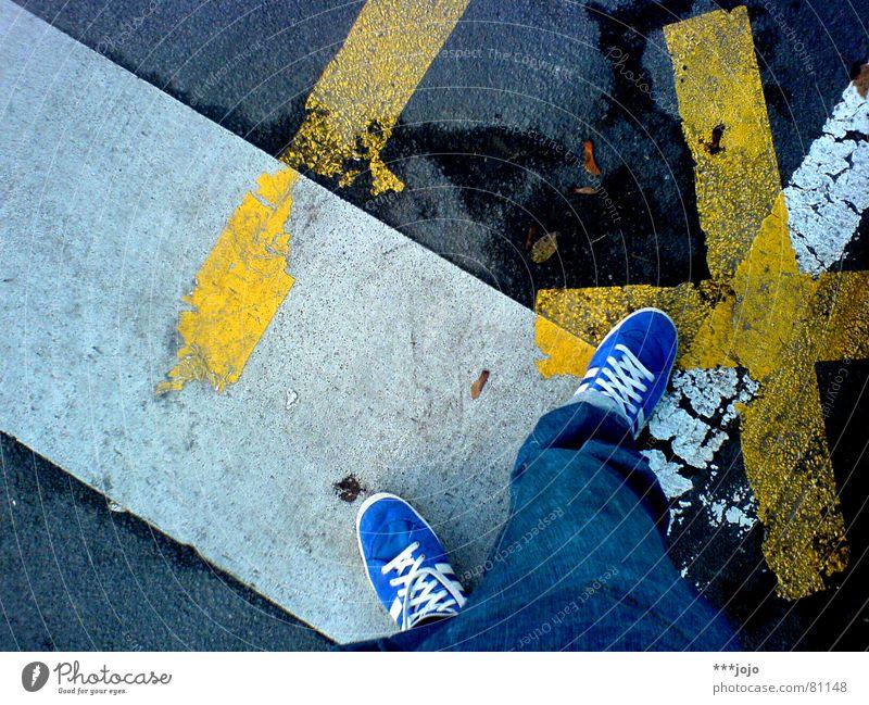 I X Schuhe bequem Vogelperspektive Verkehr weiß gelb Hose Richtung Selbstportrait Außenaufnahme Verkehrswege Fuß Straße Linie blau Irritation
