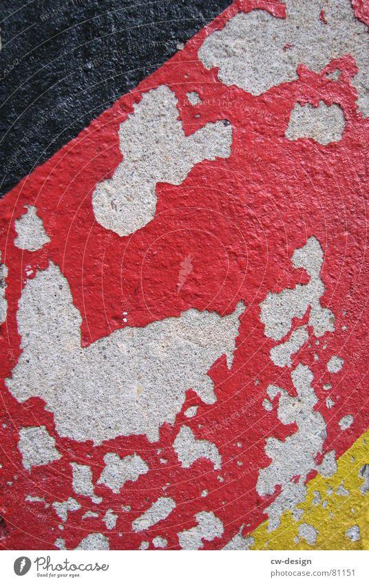 DEUTSCHLAND AM ABGRUND?!? Tag der Deutschen Einheit Wiedervereinigung Demontage Farbmittel schwarz rot gelb Putz abblättern Am Rand Fahne Anstrich Beschichtung