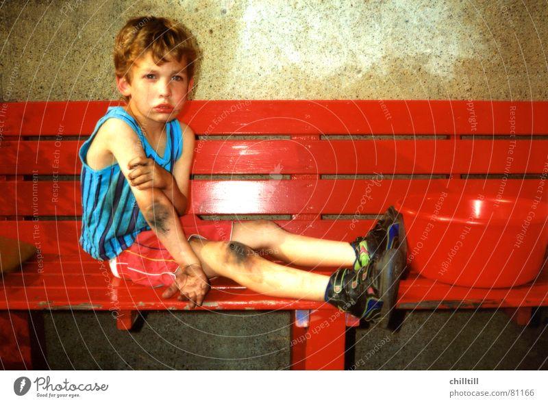 Aua 1992 Kind rot Sommer Junge Traurigkeit klein Trauer Bank Schmerz Blut Unfall Schalen & Schüsseln weinen Tränen Brandasche