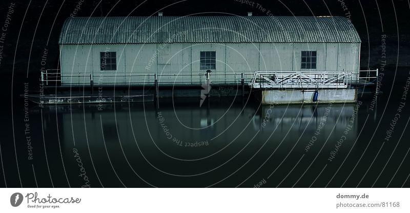 mein Haus, mein Boot Bootshaus Hausboot Kanu Kajak Wasserfahrzeug dunkel Nacht Langzeitbelichtung lang Zeit fließen Unterfranken Bayern Fenster Wellblech Blech
