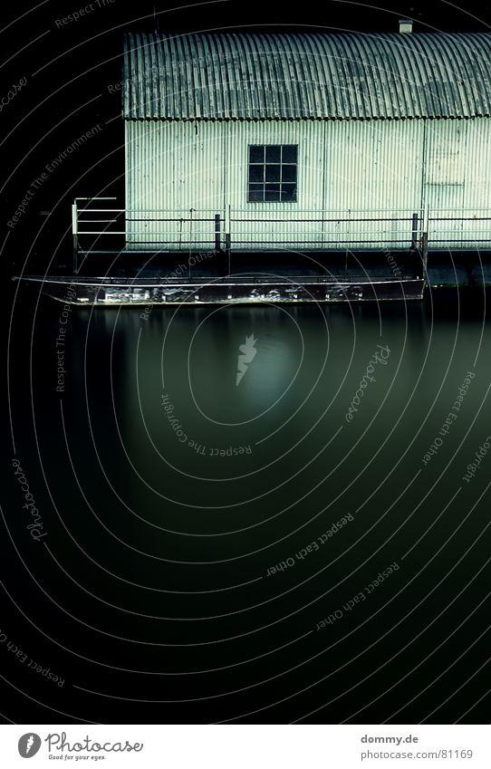 mein Haus, mein Boot Wasserfahrzeug dunkel Nacht Langzeitbelichtung lang Zeit fließen Unterfranken Bayern Fenster Wellblech Blech Wellen eckig Werkstatt