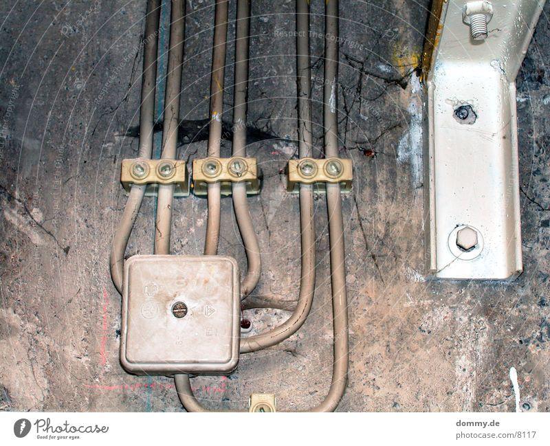 Verteiler dreckig Keller Träger Häusliches Leben Kasten Kabel Zusteller kaz