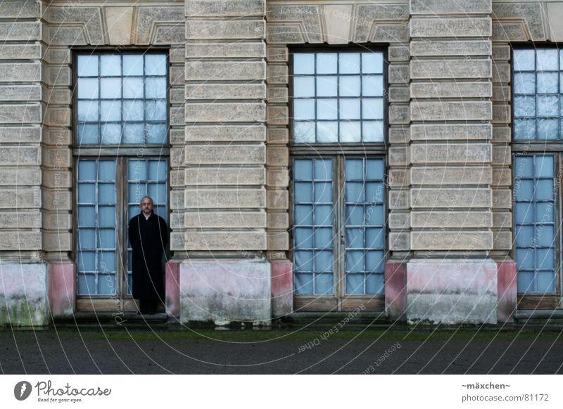 Der Mann in der Tür / the man in the door ruhig Haus dunkel Berlin Fenster Regen Glas Burg oder Schloss historisch Mantel edel bewegungslos Tarnung Türrahmen