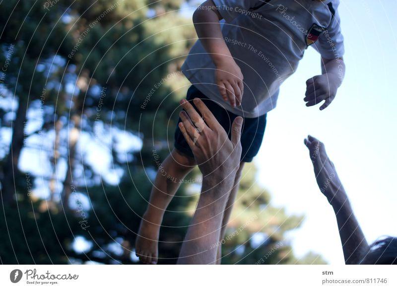 1:0 Mensch Kind Hand Erwachsene Leben Junge Spielen Glück fliegen Park Freizeit & Hobby Zusammensein Familie & Verwandtschaft Körper Kraft Kindheit