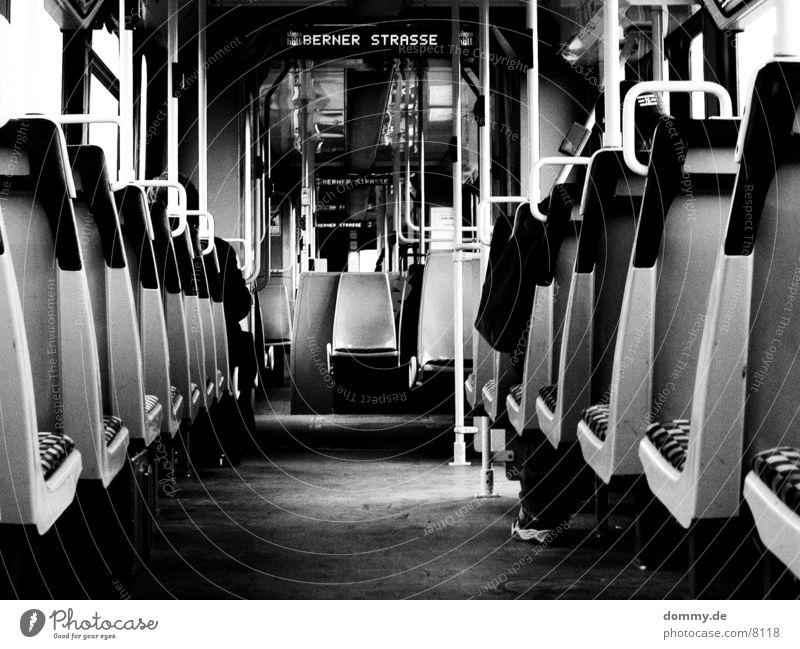 Morgen in der Bahn Straßenbahn 5 800 Mann Verkehr Eisenbahn straba Linie berner Sitzgelegenheit Schwarzweißfoto kaz