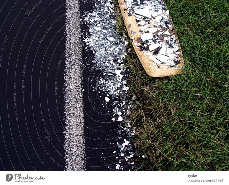 Ich habs doch gesagt Surfbrett kaputt runtergefallen Unfall Scherbe grün schwarz Asphalt verlieren Straßenbelag Schaden unversichert holzbrett. holz