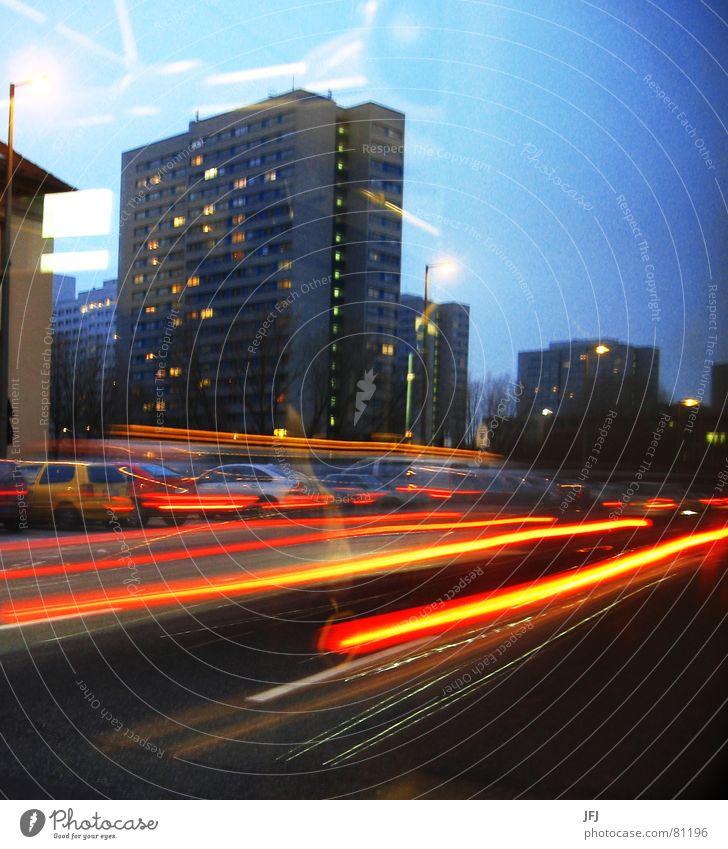 Unterwegs Himmel Stadt Ferien & Urlaub & Reisen Haus Straße Berlin Wege & Pfade PKW Lampe Beleuchtung Ausflug Verkehr Geschwindigkeit Hochhaus fahren Stadtleben