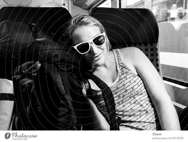 Ab zum paddeln Ferien & Urlaub & Reisen Jugendliche Erholung Junge Frau 18-30 Jahre Erwachsene feminin lachen Glück liegen träumen Freizeit & Hobby Lifestyle