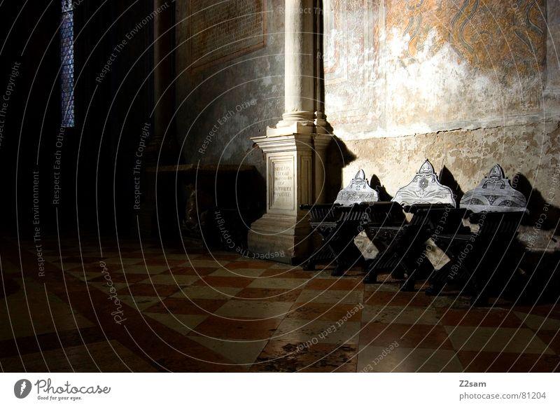 ältestenrat Geistlicher Stuhl historisch 3 Licht Belichtung Strahlung Mosaik Wand Fenster Stuhllehne braun seule Beleuchtung Sonne Lichterscheinung Pfosten alt