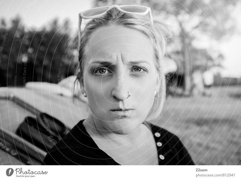 Grantig Natur Jugendliche schön Sommer Junge Frau Landschaft 18-30 Jahre Erwachsene Gefühle feminin blond Sträucher Schönes Wetter Wut Sonnenbrille Piercing