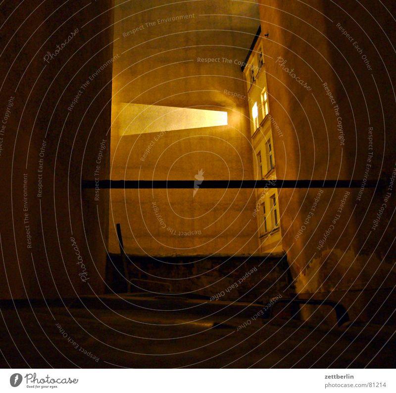 Nacht Brandmauer Haushaltsdefizit Licht Fenster Fensterkreuz Stadthaus Hinterhof Mauer Nachbar Müllbehälter Hausmeister dunkel Angst Monster Scheinwerfer