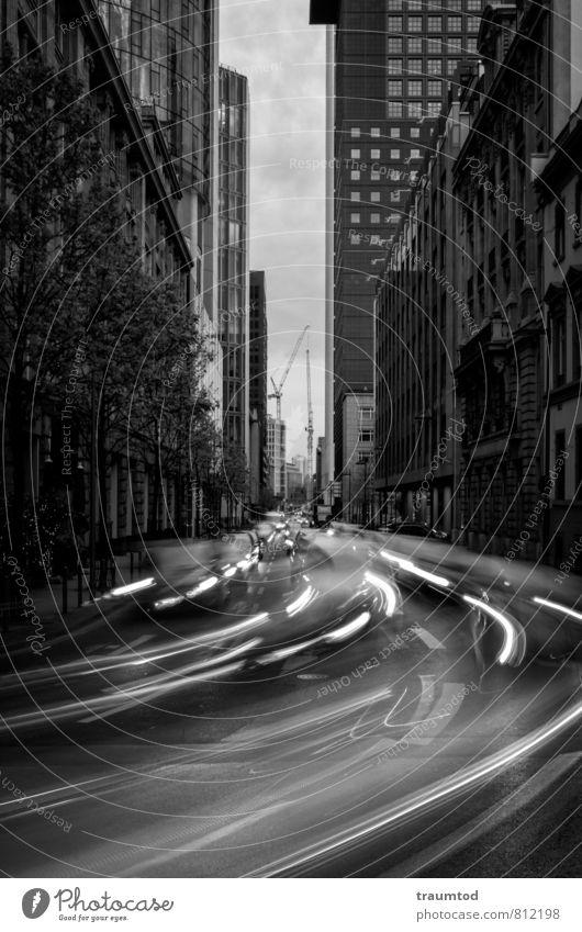 Frankfurt am Main | Langzeitbelichtung Wolken Stadt Stadtzentrum Skyline bevölkert Haus Hochhaus Bankgebäude Turm Fassade Verkehr Verkehrswege Personenverkehr