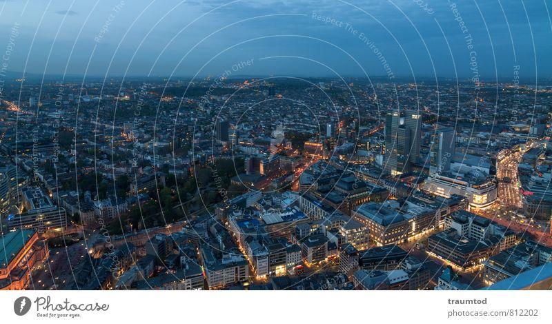 Frankfurt am Main blau Stadt Haus Ferne Straße Beleuchtung Gebäude Horizont Hochhaus beobachten Dach viele Platzangst Stress Stadtzentrum Handel