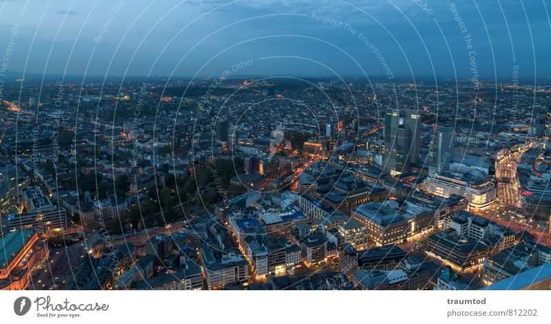 Frankfurt am Main Ferne Horizont Stadt Stadtzentrum bevölkert Hochhaus Gebäude Dach Straßenverkehr Wegkreuzung beobachten viele blau Platzangst Stress Handel