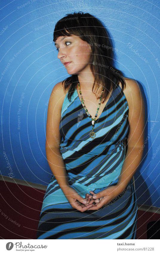 Frau Zart Frau Hand blau schön Einsamkeit Denken Mode warten Streifen Dame brünett schwanger langhaarig Junge Frau Allee Halskette