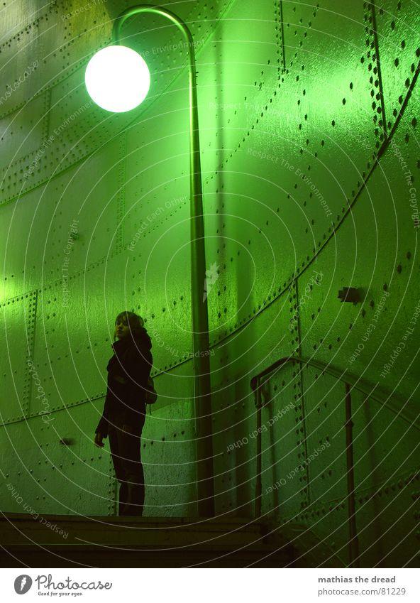 und wie geht es jetzt weiter? unten Ecke Licht Stahlverkleidung abgelegen Laterne Frau steigen gefährlich gekrümmt aufsteigen Lampe leer Innenarchitektur grün