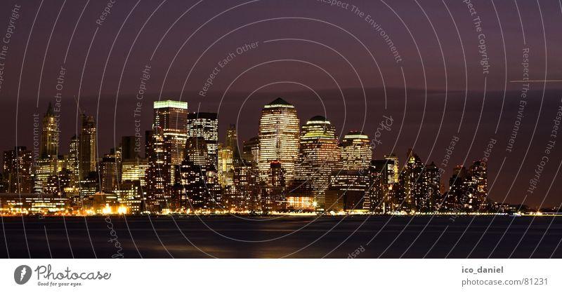 Skyline von Downtown Manhattan - New York City Stadt dunkel Architektur Gebäude hell glänzend modern Hochhaus Energiewirtschaft Elektrizität leuchten Fluss Klarheit Skyline Stadtzentrum Strahlung